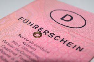 Der Führerschein verkörpert die Fahrerlaubnis. Hier ein etwas älteres Modell.