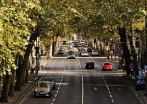 Der Straßenverkehr wird von vielerlei Gesetzen und Regeln beherrscht.