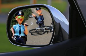 Verkehrsverstöße sind meist Ordnungswidrigkeiten, in schweren Fällen kann es sich aber auch um Straftaten handeln.
